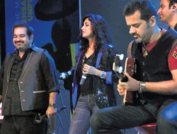 unplugged Shankar Mahadevan (left) and Ehsaan Noorani (with guitar) at the concert.