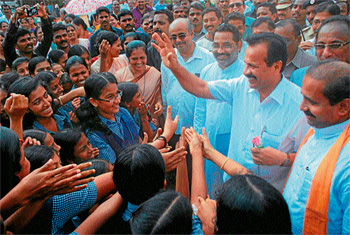 Chief Minister D V Sadananda Gowda waves at students on his visit to Udupi to campaign for BJP candidate Sunil Kumar who is contesting for Udupi-Chikmagalur bypolls. DH Photo