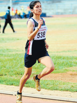 Shraddarani S Desai of DYSS Mysore en route to winning the 1500M gold in the State Senior and Junior Athletic meet at the Sree Kanteerava stadium on Tuesday. DH Photo