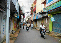 Shops in Nelamangala down shutters in the aftermath of JD(S) leader B M L Krishnappa's murder, on Thursday. DH Photo