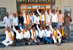 Members of Karnataka Sene Pade stage a protest seeking special status to Chamarajanagar district on lines with Hyderabad-Karnataka, in front of deputy commissioner's office in Chamarajanagar on Thursday. dh photo
