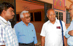 H Maruthi, Nagaribabaiah, Ramaswamy and Nagaragere Ramesh, members of the People's Democratic Forum (PDF) visited the Government First Grade College in Chikkaballapur on Thursday. DH Photo