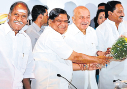 all smiles: Union Home Minister Sushil Kumar Shinde (second from right) with Puducherry Chief Minister N Rangaswamy, Karnataka Chief Minister Jagadish Shettar and Andhra Pradesh Chief Minister Kiran Kumar Reddy at the 25th South Zonal Council meeting in Bangalore on Friday. dh Photo