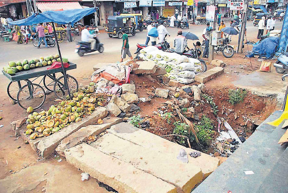 Footpath vendors encroach roads now; residents irked