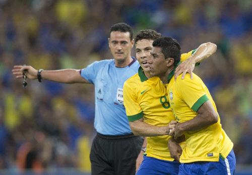 Paulinho earns draw for Brazil in Maracana reopening