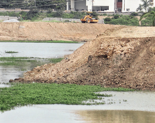 Residents blame poor fencing around lake for kids' death
