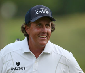 Steady Mickelson in sole lead with one round to go