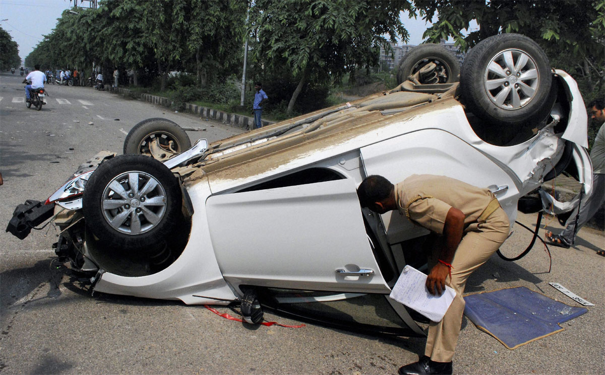 Police officer loses control over SUV, kills five persons