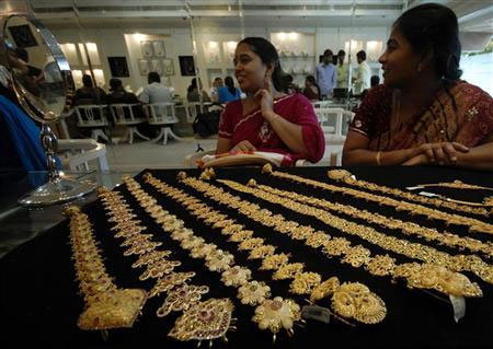 Gold futures fall to three-week low
