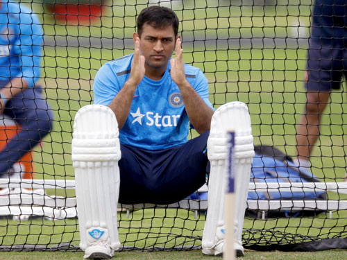 Injury scare to Dhoni hits Indian preparations