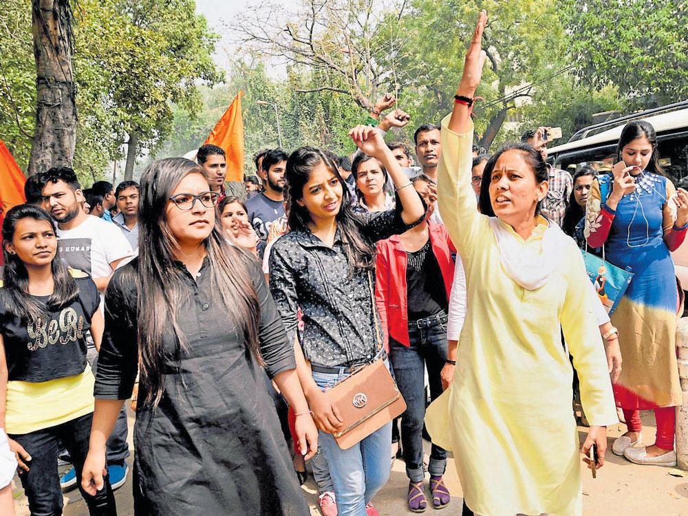 Naidu blames 'divisive' Cong, Left
