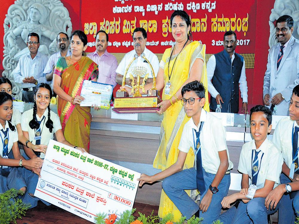 Sudana school of Puttur gets Parisara Mitra award
