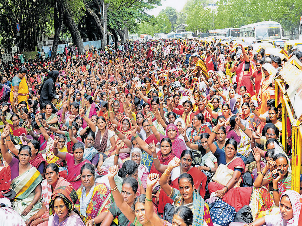 Dramatic moments at anganwadi workers' protest