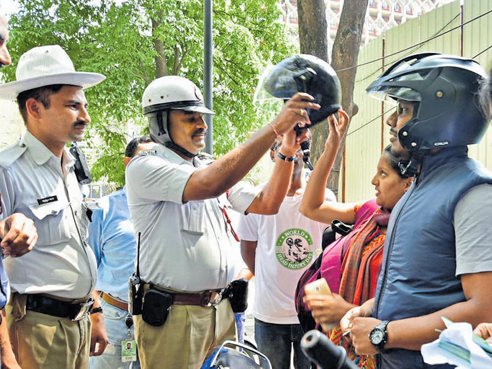 1,794 booked in two hours for riding without helmets