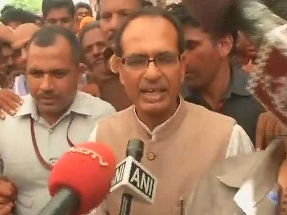 Chouhan visits Mandsaur, gives Rs 1 cr cheque to kin of deceased farmer
