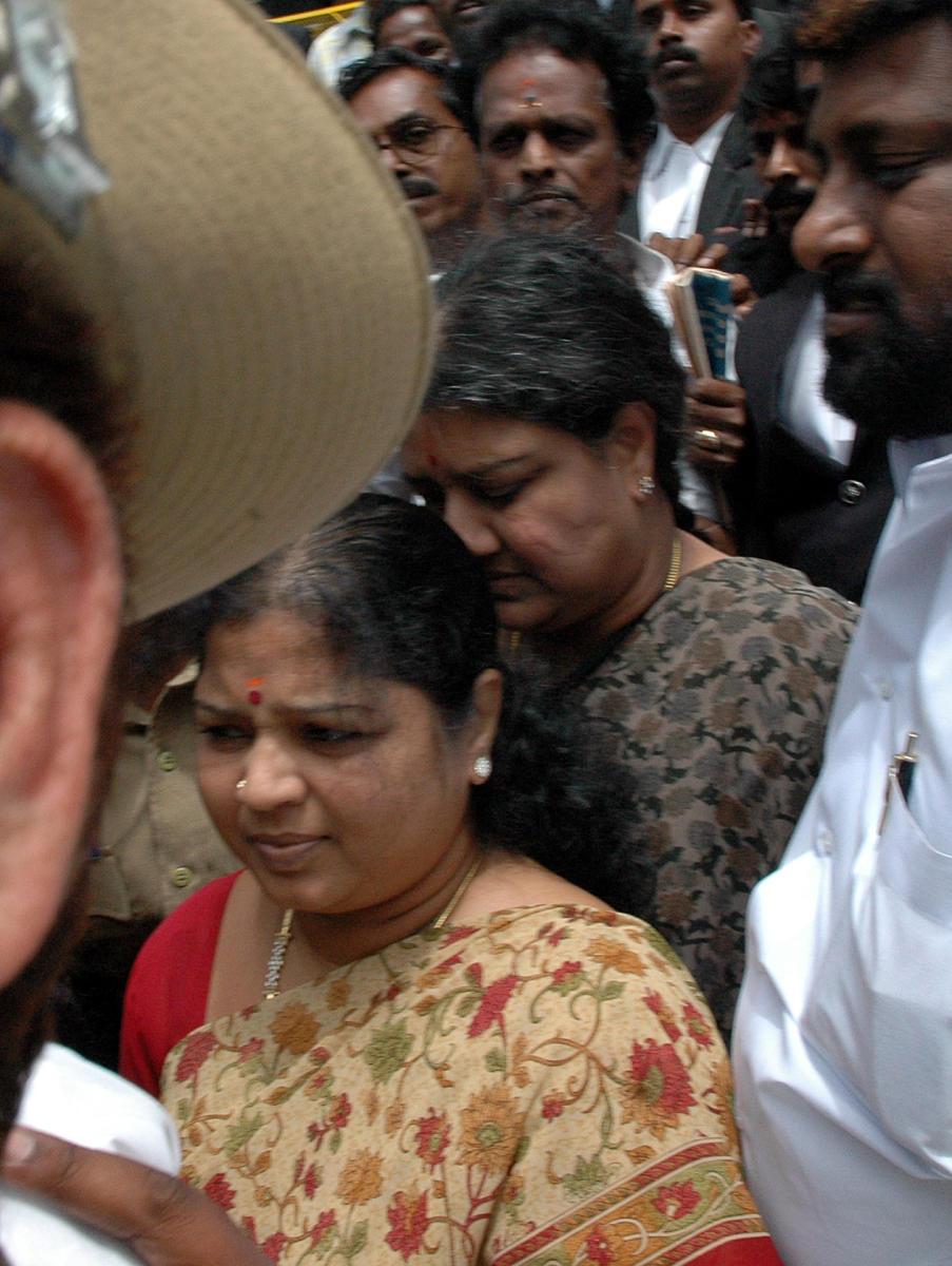Sasikala kin Ilavarasi floors DIG with her Kannada skills