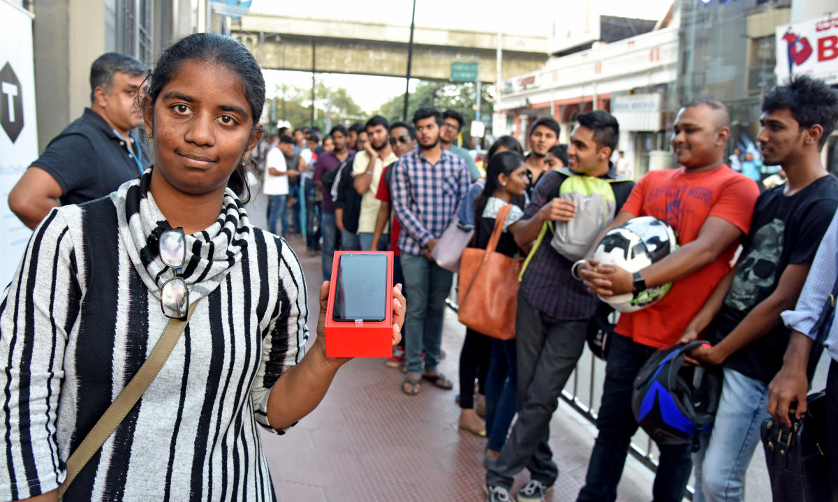 Hundreds queue up to buy OnePlus 5T