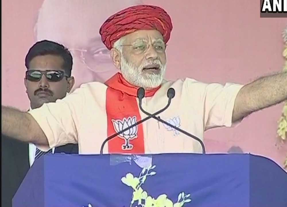 Modi hits out at Rahul, says those who looted the country could only think of dacoits
