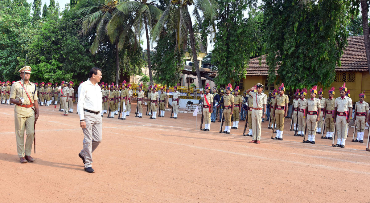 Parade, felicitation mark Police Flag Day in M'luru