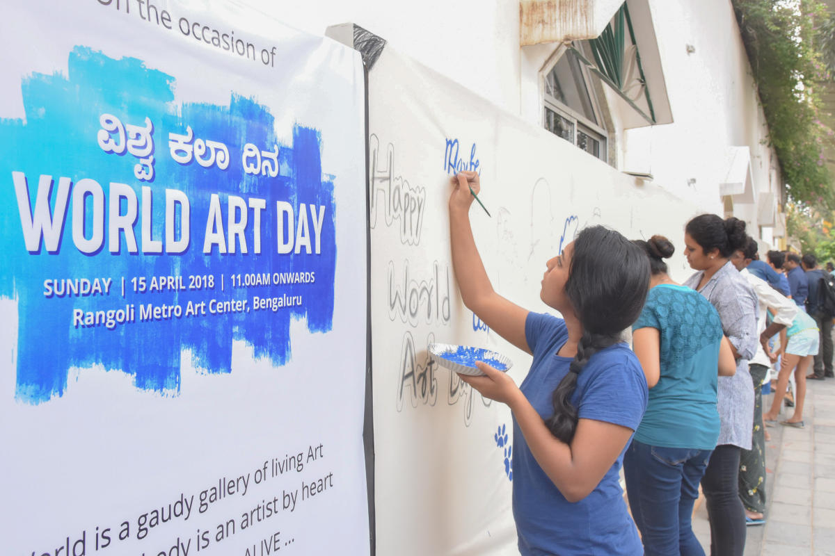 Art lovers participated in mass painting, on canvas, at art promote programme, on the occasion of World Art Day, the birth day of artist Leonardo Da Vinci, organised by BMRCL Namma Metro and Art Matters at Rangoli Metro Art Center, MG Road in Bengaluru on