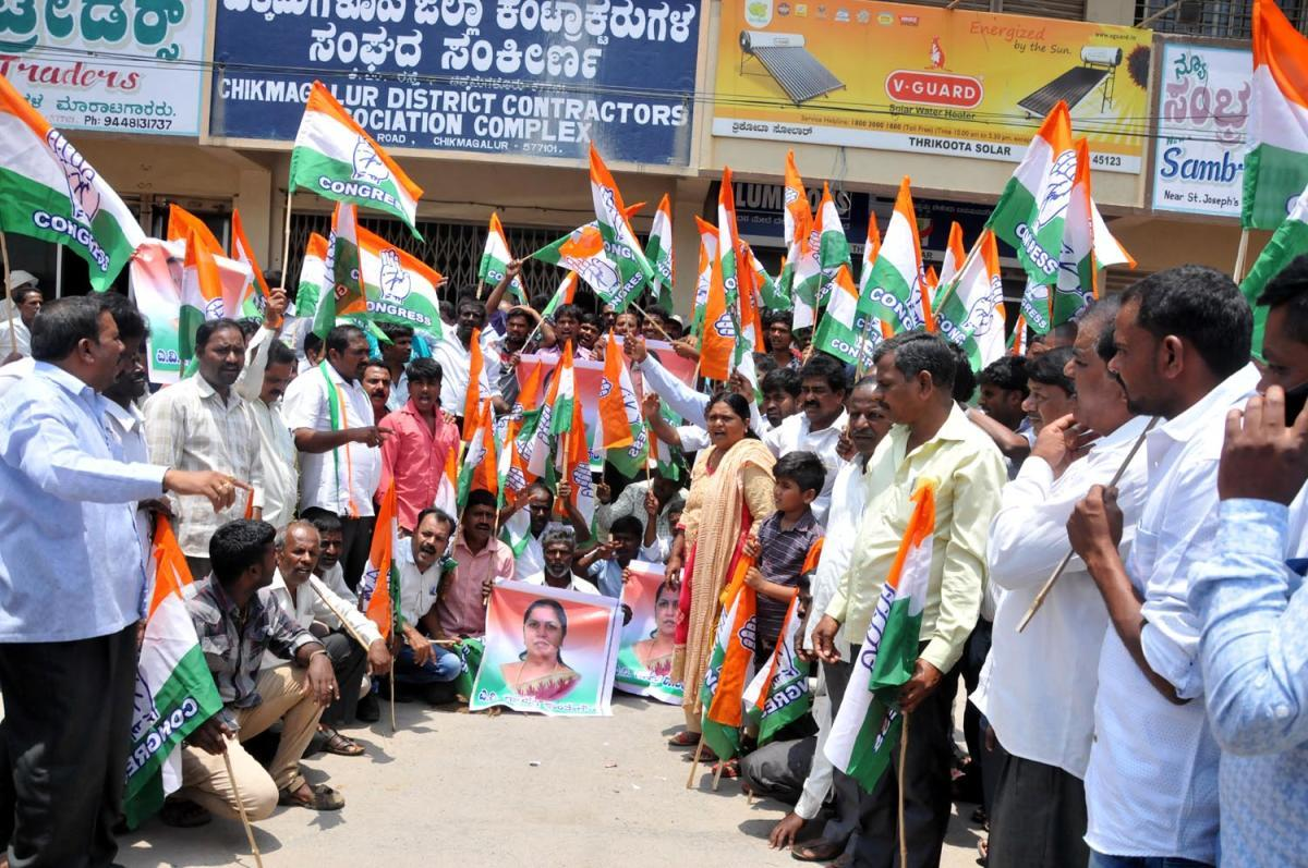 Supporters of KPCC General Secretary Gayathri Shanthe Gowda stage a protest in Chikkamagaluru on Monday.