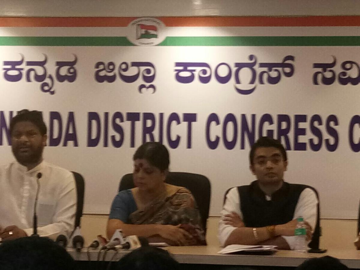 Former Union ministers Pradeep Jain, Deepa Dasmunshi and AICC Media cell chief Jaiveer Shergill at a press conference at DCC office in Mangaluru on Saturday. DH PHOTO