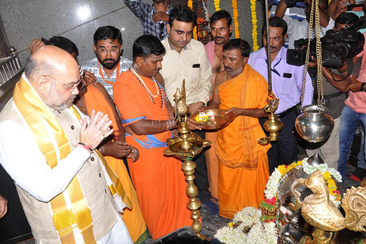 BJP president Amit Shah offers prayers at the Sangamanath temple at Kudalasangama in Bagalkot district on Saturday. dh photo