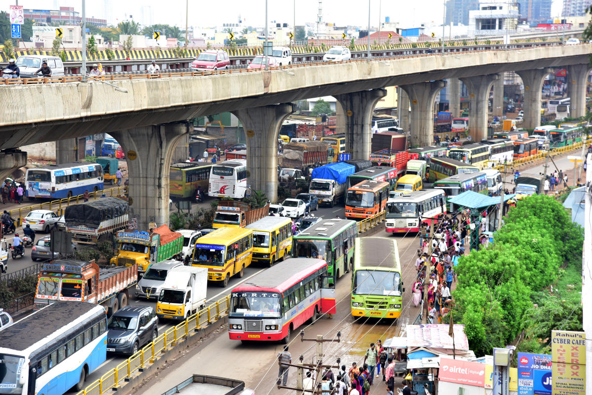 A huge traffic jam in T Dasarahalli 8th Mile, after festival holidays people return to city, in Bengaluru on Monday. Photo/ B H Shivakumar