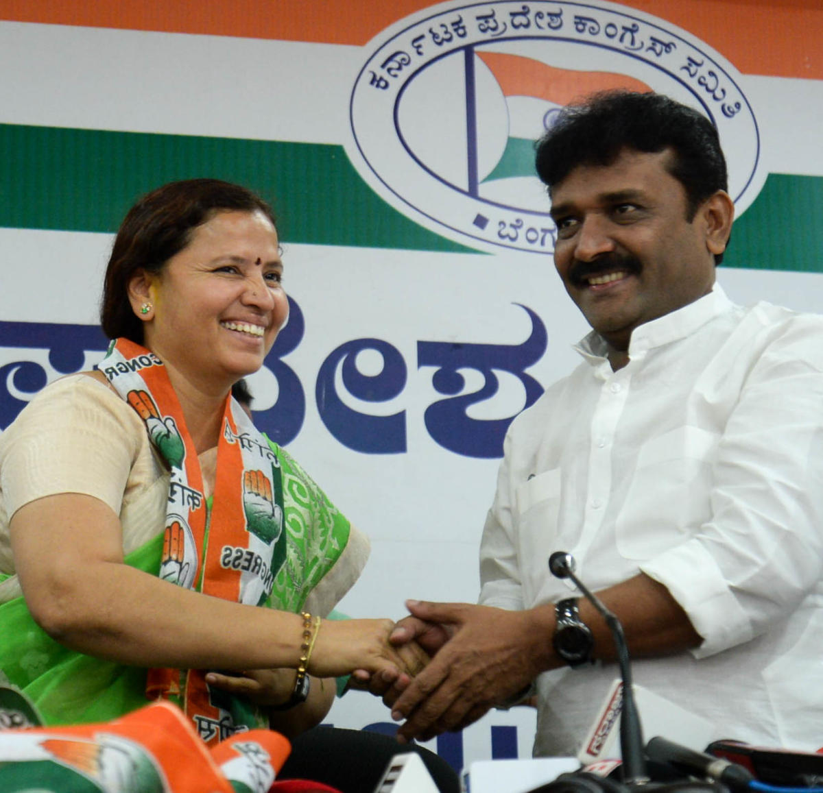 Chickamagalur District BJP leaders former ZP Chairperson Rekha Huliyappagowda, joined Congress in presence of Rajyasabha Member G C Chandrashekar, with Former Municipal President Putte Gowda and their followers, at KPCC Office on Sunday. DH Photo