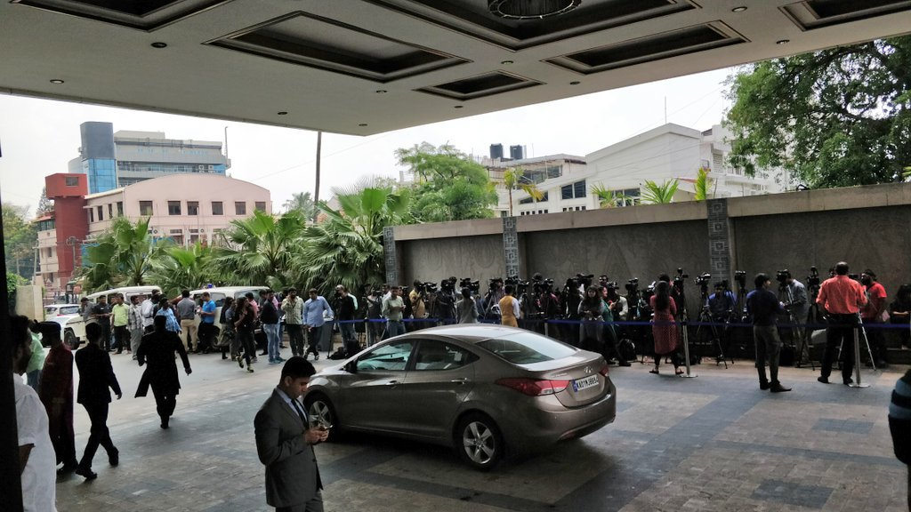 JD(S)MLAs and party workers arrive at the Shangri-La hotel in Bangalore's Vasantnagar. Meanwhile the INC Karnataka is holding a meeting in their headquarters at Queens Road. DH photo