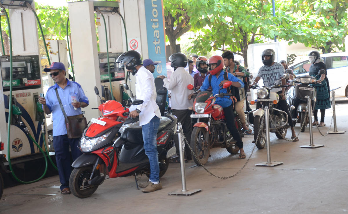 The reduction comes after 16 consecutive price increases since May 14 when fuel retailers ended a 19-day pre-Karnataka poll hiatus to pass on a spike in global oil rates. (DH file photo)