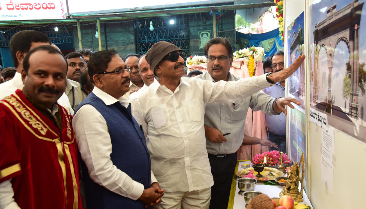 Mayor R Sampath Raj, Deputy Chief Minister G Parameshwara and KCVP leader Vatal Nagaraj at the ceremony to lay the foundation stone for the Vijayanagar arch on Friday. DH PHOTO
