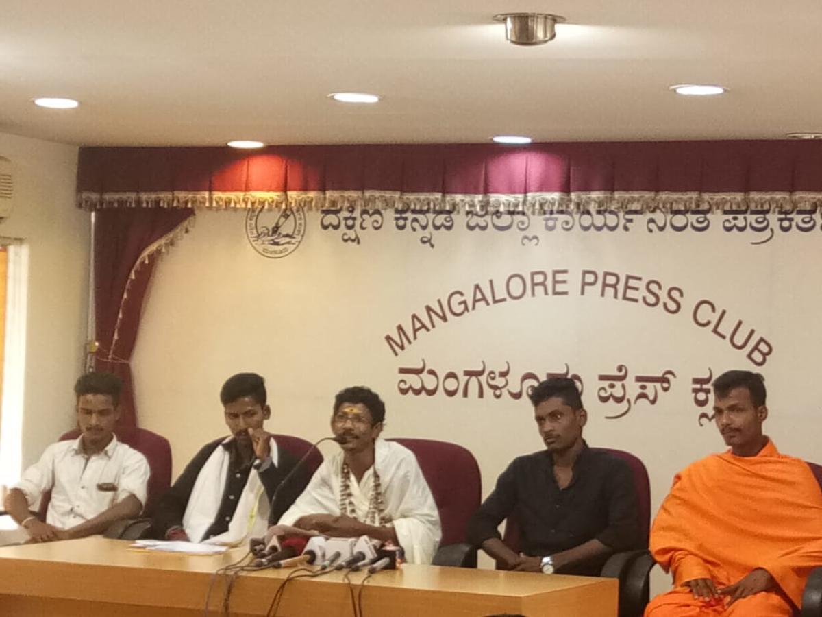 Balekodi Mutt seer Shashikanta Mani Swami addresses media in Mangaluru on Thursday. DH Photo