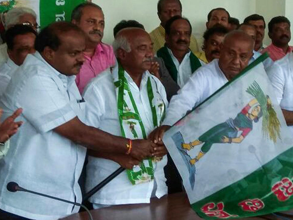Vishwanath takes charge as JD(S) state president in Bengaluru on Sunday. Chief Minister H D Kumaraswamy and party national president H D Deve Gowda are also seen.