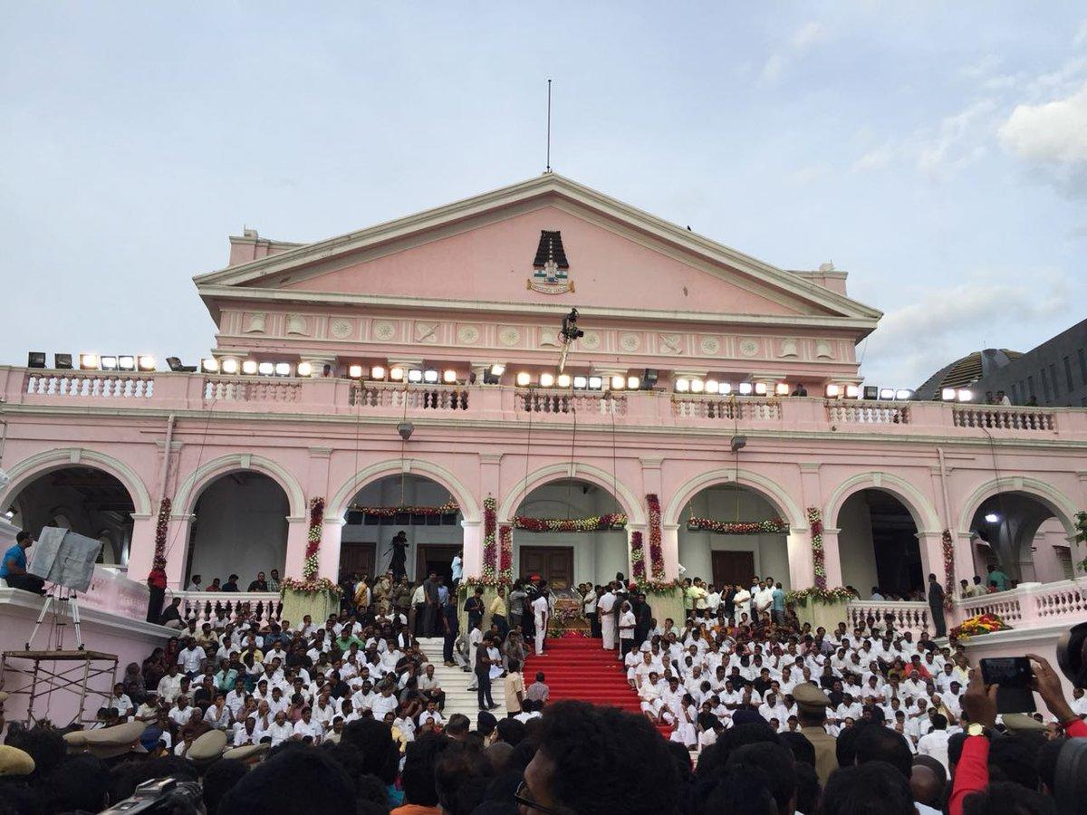People wait to pay homage to M Karunanidhi in front of the Rajaji Hall in Chennai on Wednesday. (DH Photo)