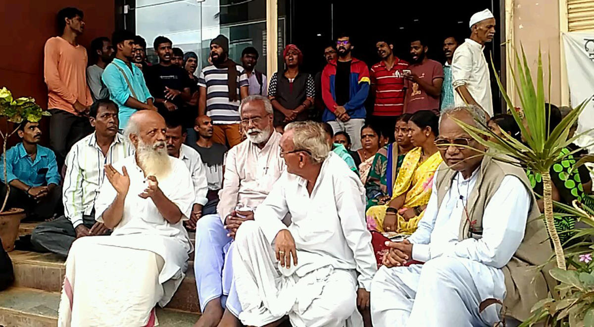 Prasanna Heggodu and others stage 'Handloom Satyagraha' in front of KHDC head office at Vidyanagar in Hubballi on Thursday.