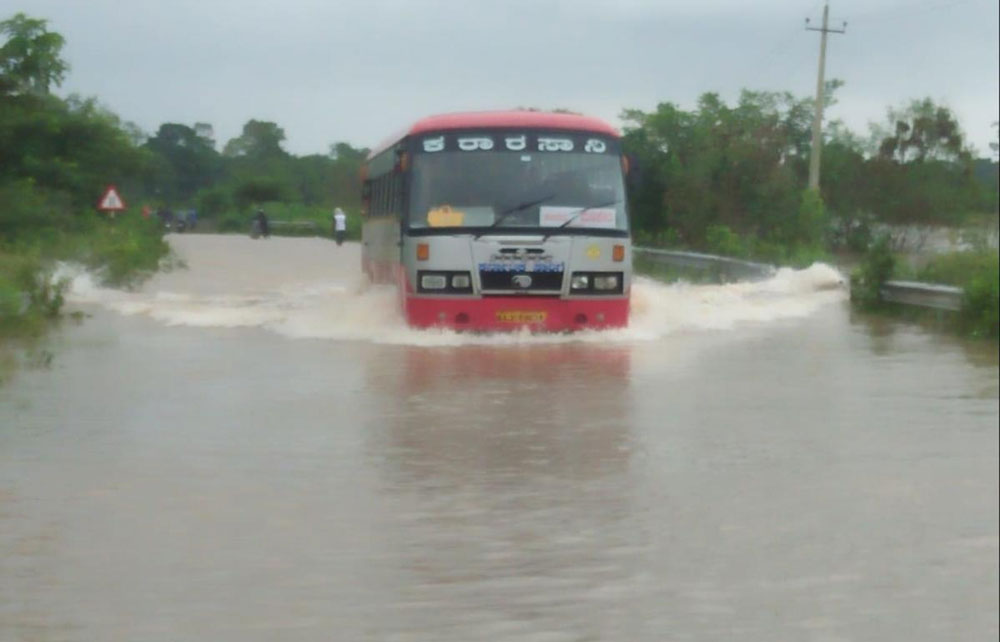 Cauvery water entered several layouts in Kushalnagar and inundated over 100 houses. DH photo