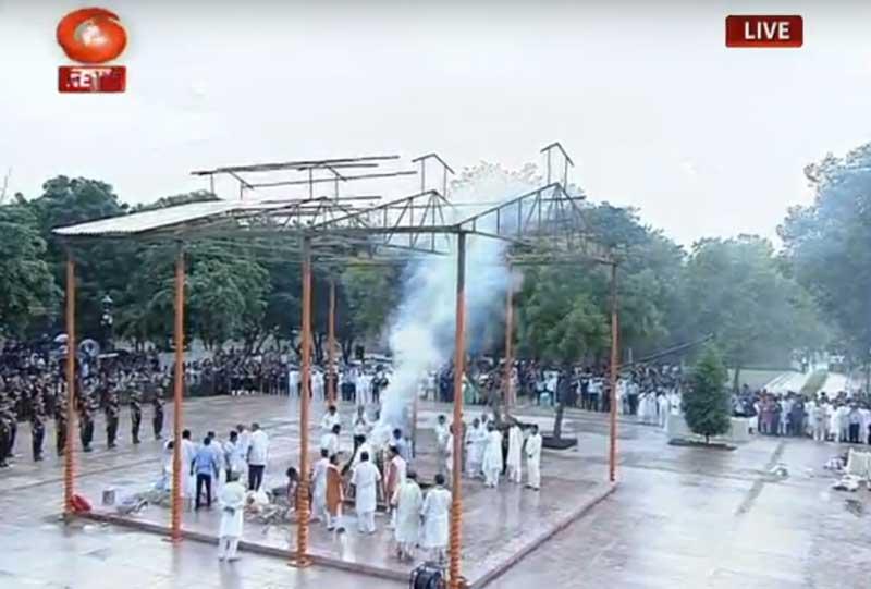 Vajpayee's adopted daughter Namita Bhattacharya conducted the last rites. (Screengrab)