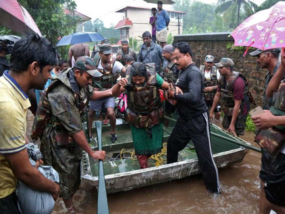 Indian Army soldiers rescue people from flood affected areas after the opening of Idamalayar, Cheruthoni and Mullaperiyar dam shutters following heavy rains, on the outskirts of Kochi. REUTERS photo