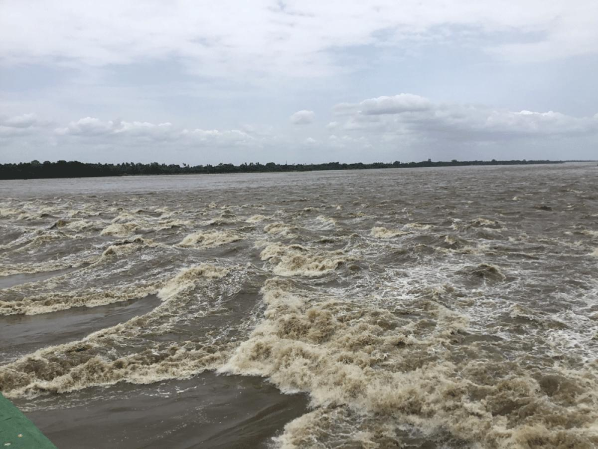 Water gushing out of Kollidam river after it branches out from Cauvery in Mukkombu in Tiruchi on Friday. DH photo by E.T.B. Sivapriyan