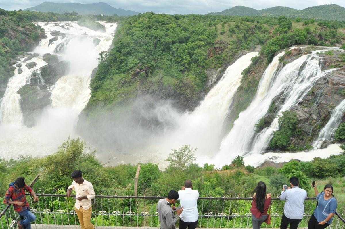 People at the Gaganachukki falls in Malavalli taluk of Mandya district. DH PHOTO