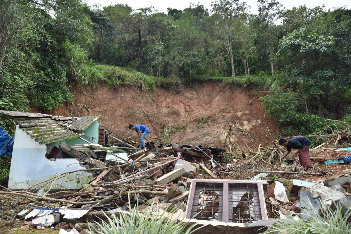 People salvage their belongings from houses destroyed by a landslide at Vythiri in Wayanad district of Kerala. DH Photo by Janardhan BK