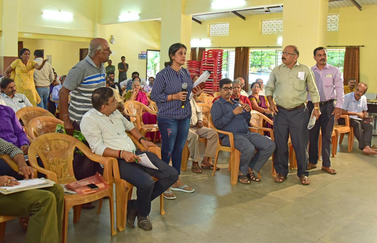 Teena Sequeira of Ashok Nagara raises a question at the DH-PV Janaspandana programme.