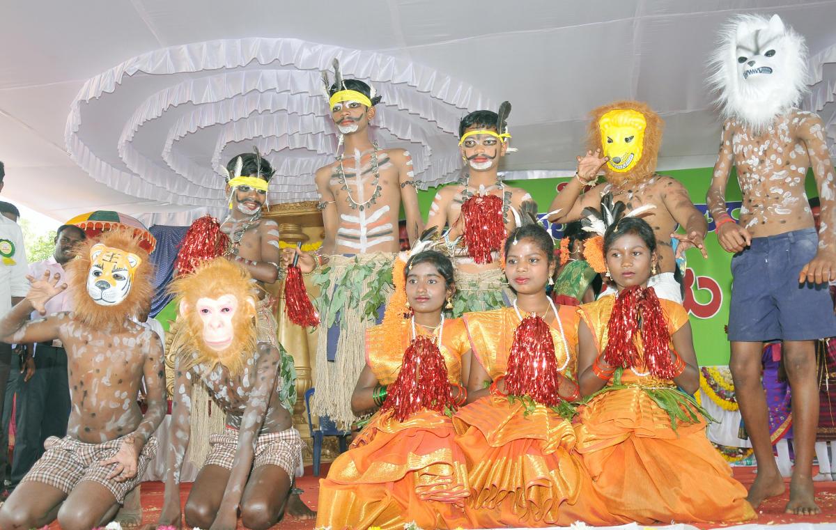 Children of tribal community perform during a programme to mark Gajapayana at Veeranahosahalli in Hunsur taluk, Mysuru district, on Sunday. DH PHOTO