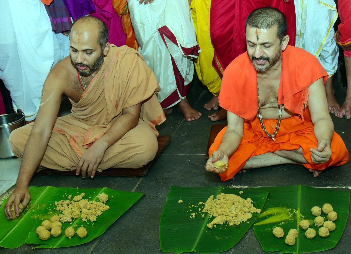 Palimaru seer Vidhyadheesha Teertha Swami and Adamaru junior pontiff Vishwapriya Teertha Swami initiate laddu muhurtha, as a part of Sri Krishna Janmastami celebrations in Udupi, on Sunday. DH PHOTO