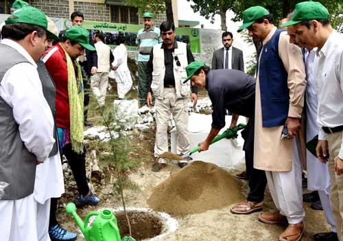 Pakistan Prime Minister Imran Khan plants a tree. (@pid_gov/Twitter)