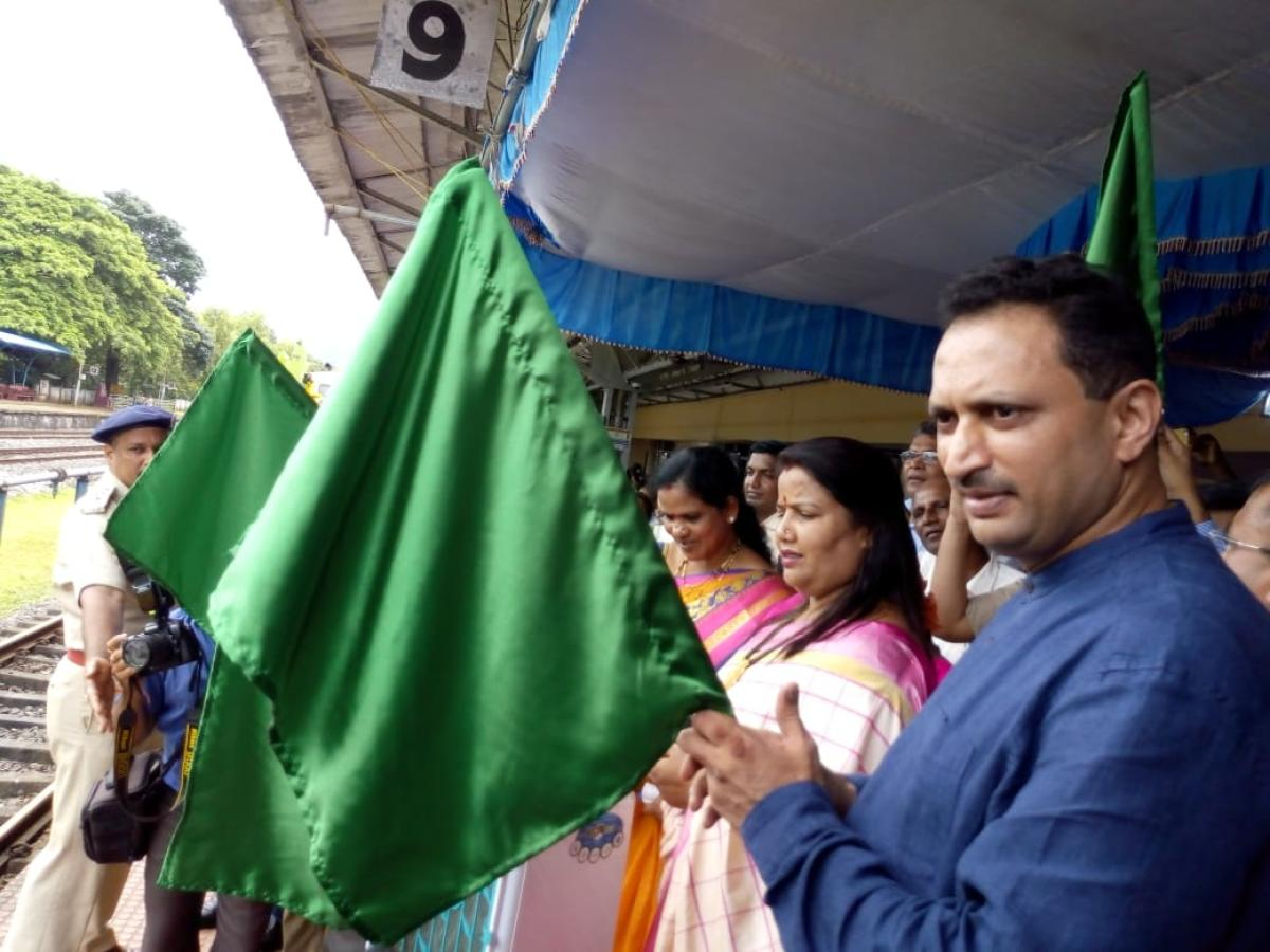 Union Minister of State for Skill Development and Entrepreneurship Anant Kumar Hegde shows green flag to mark the first service of DEMU train between Shirwad Railway station near Karwar and Pernem Railway station in Goa on Tuesday. MLA Roopali Naik looks