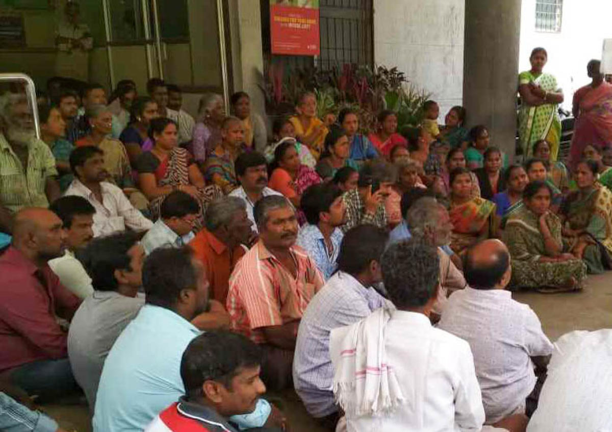 Bangaluru District Street Vendors Association staging a protest demanding ID card distribution, in front of the South Division of BBMP Office in Bengaluru on Monday. DH photo