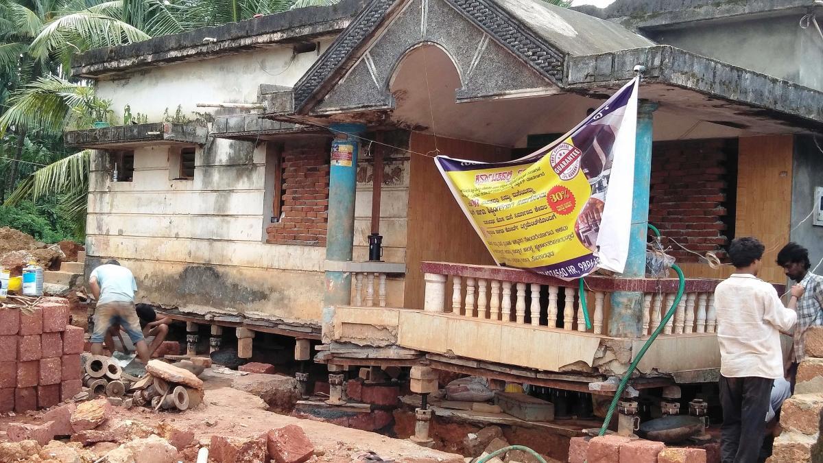 Labourers from Delhi engage in jacking the house belonging to Riyaz at Bailaguthu at Sajipanadu in Bantwal taluk.
