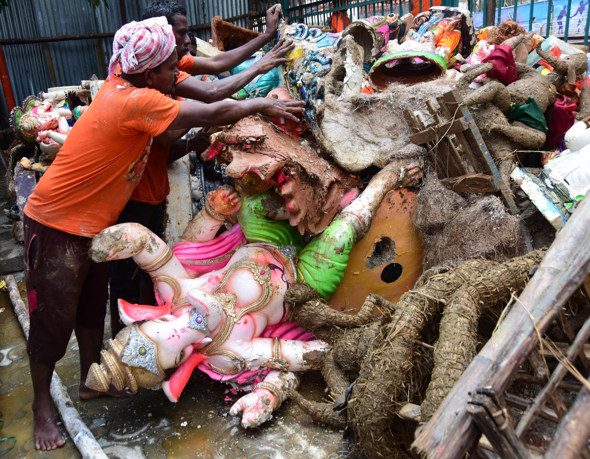 BBMP workers clear the immersed idols from Yediyur tank on Friday. DH photo